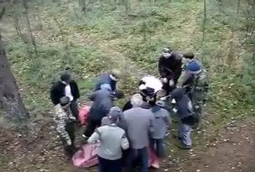 Militaire se jette dans un drap tendu