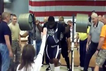 Ce bodybuilder fait un squat avec 410 kg sur les épaules