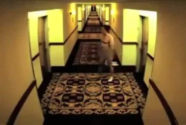 Enfermé nu à l'extérieur de sa chambre d'hotel