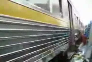 Train traverse les bidonvilles de Bangkok