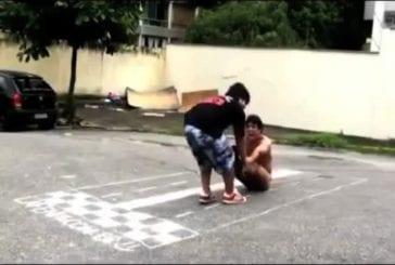 Glisser sur le sol les fesses à l'air