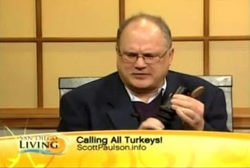 Une invitée de télévision souffle dans un instrument de musique