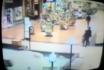 Fille tombe dans la fontaine d'un centre commercial