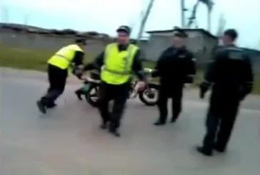 Policier essaie de rouler en moto