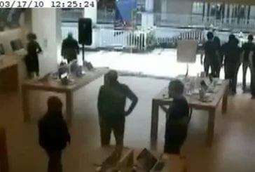 Femme fonce dans la fenêtre d'un Apple store