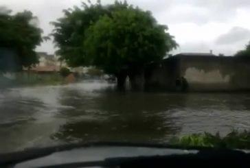 Motard roule sur une route inondée FAIL