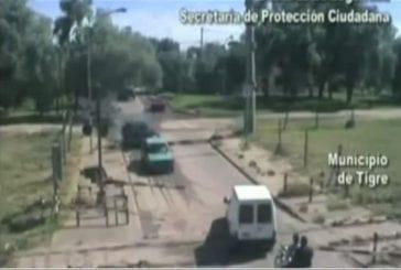 Héros sauve les gens en camionnette