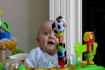 Bébé effrayé par le nez de la mère