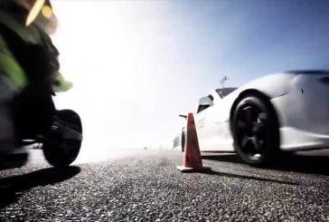 Course de moto et voiture en drift