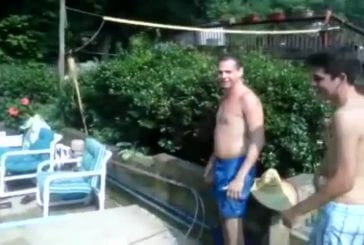 Flip dans un fauteuil gonflable pour piscine