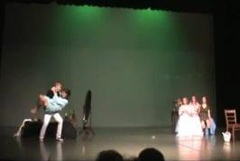 Cendrillon tombe sur scène