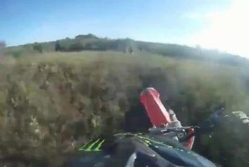 Percuter sa copine lors d'un saut en motocross