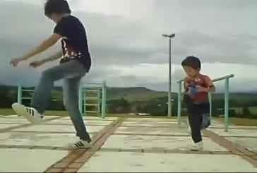 Deux frères réalisent une danse synchronisée incroyable