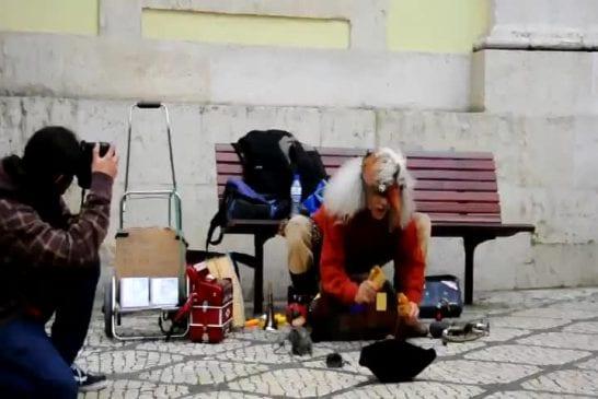 Artiste de rue complètement fou