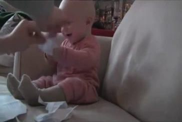Bébé riant hystériquement!