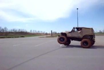Abrutis fait basculer une jeep sur un parking