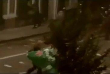 Un émeutier essaie d'attaquer avec un parasol FAIL