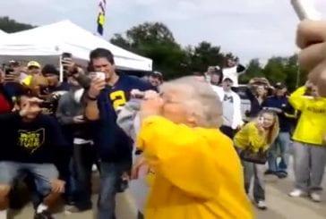 2 grands-mères font un combat d'à-fond de bière
