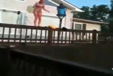 Fille en bikini rate son saut dans la piscine