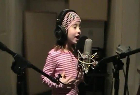 Chanteuse de 7 ans interprète l'hymne nationale