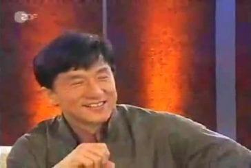 Jackie Chan brise des blocs de béton avec un oeuf
