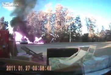 Voiture s'enflamme lors d'un accident