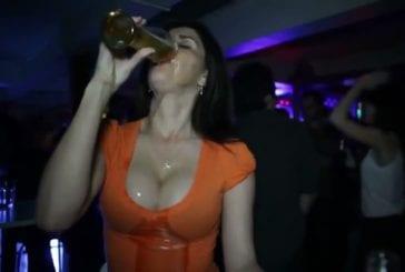 Fille sexy boit une bière en soirée