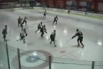 Joueur de Hockey marque et saute à travers la vitre