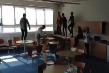 Gangnam Style sur une table de classe
