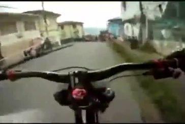 Incroyable course de descente en vélo