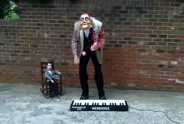 Singe jongle sur un piano
