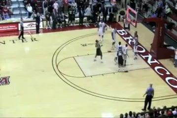 Kenny Ortiz marque un super panier de basket