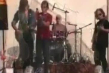 Chanteur embrasse le guitariste de son groupe