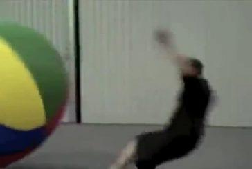 Mec se fait écraser par une énorme boule