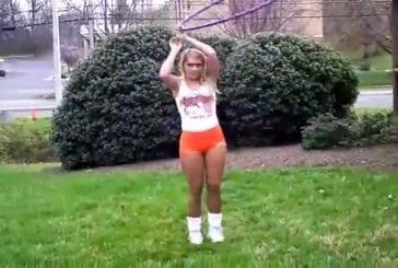 Sexy Hooters Girls font du Hula Hoop