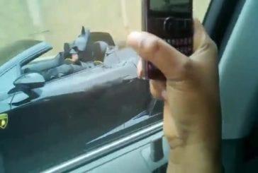 Batman prend du bon temps dans sa Lamborghini