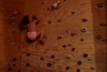 Bébé fait de l'escalade