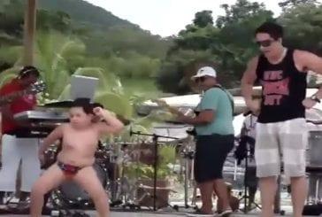 Enfant brésilien fait une danse plutôt cool