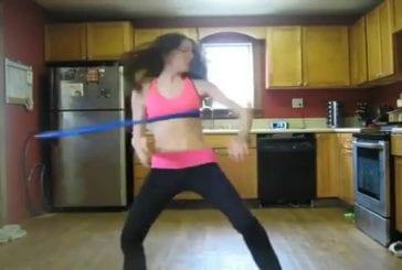 Hula Hoop très chaud dans la cuisine