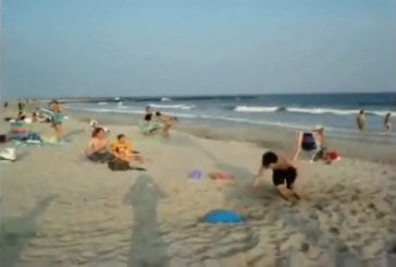 Balle trampoline sur la plage