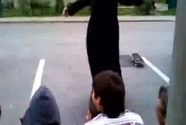 Moine fait du skateboard pour se déplacer