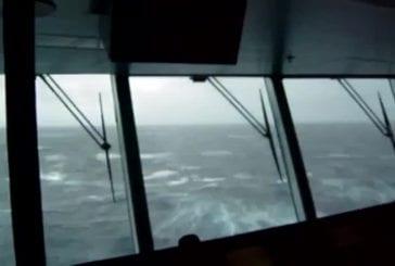 Une énorme vague frappe un bateau de croisière