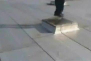 Skateboarder passe à travers le toit d'une maison