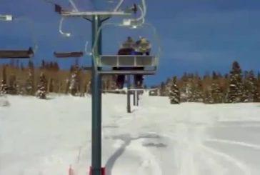 Snowboarder tombe d'un télé-siège et fait un faceplant dans la neige