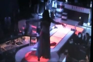 Danseuse du ventre tombe de la scène