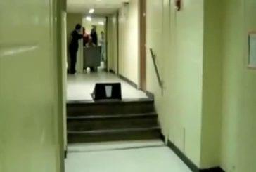 Etudiant tente le saut dans les escaliers FAIL