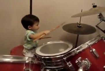 Enfant joue de la batterie comme un pro