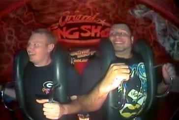 2 mecs hurlent dans une attraction de foire