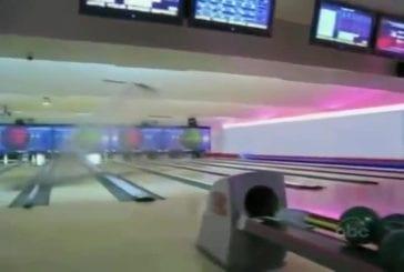 Blonde détruit le plafond d'un bowling