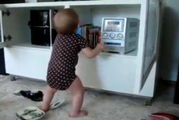 Bébé danse sur Britney Spears